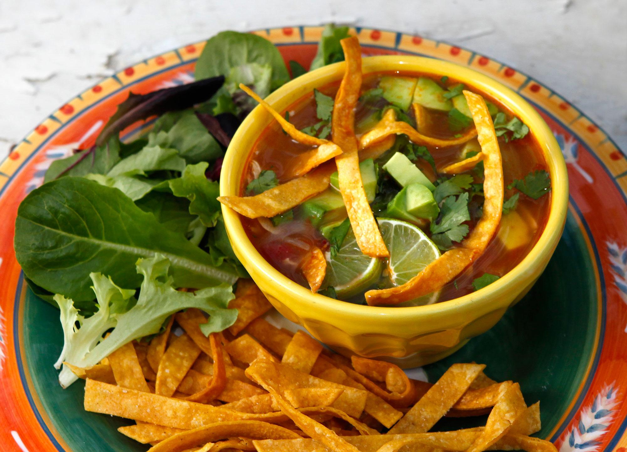 Zuppa messicana con pollo e tortillas
