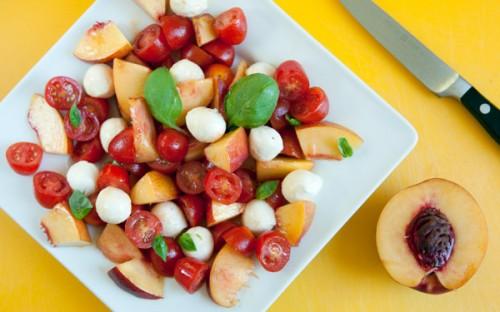 Insalata estiva con pomodorini, pesche noci e mozzarelline