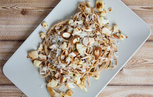 Spaghetti integrali con cavolfiore, limone e mandorle tostate
