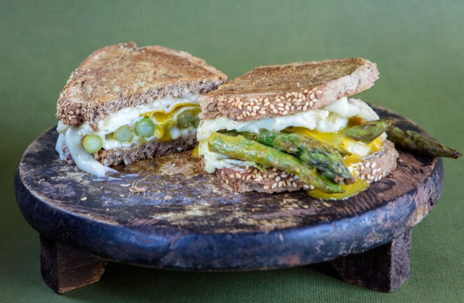 Panino con asparagi, taleggio e uovo al tegamino